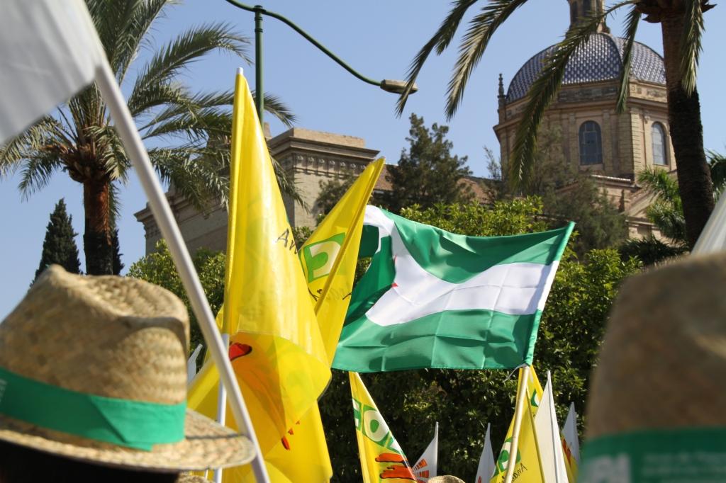 Agricultores manifestándose frente al palacio de San Telmo, en Sevilla.